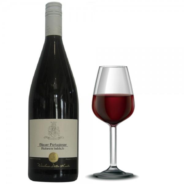 Portugieser Rotwein in der Literflasche und Rotweinglas gefüllt mit Portugieser Rotwein